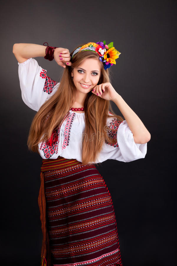 Den attraktiva kvinnan bär den ukrainska nationella klänningen arkivbild
