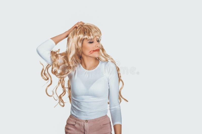 Den attraktiva kvinnan drar hans peruk ut royaltyfri foto