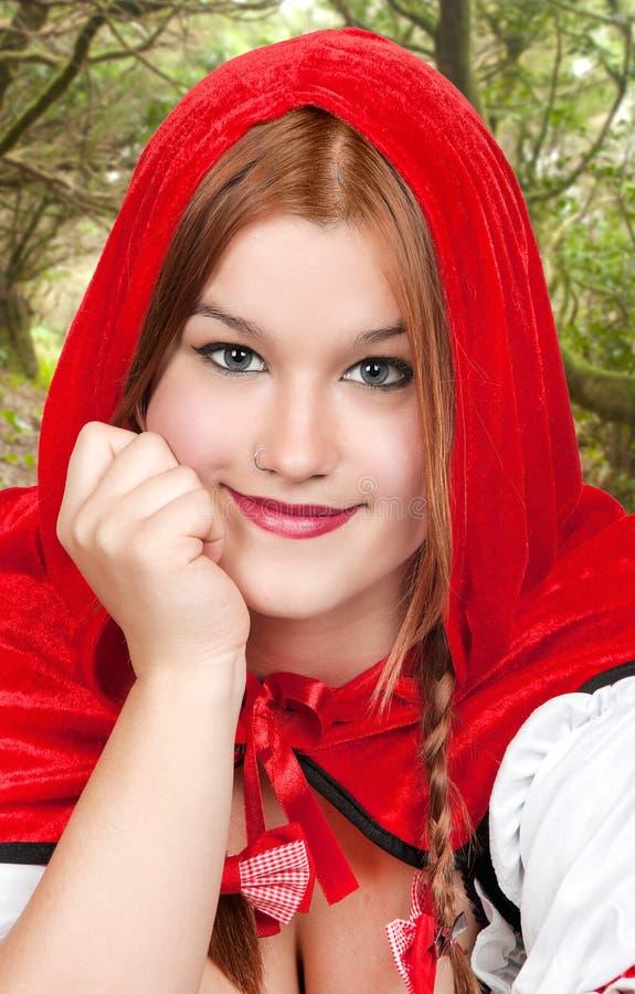 Den attraktiva kvinnan klädde som den lite röda ridninghuven arkivbilder