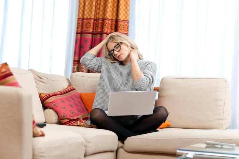 Den attraktiva kvinnan med bärbar dator som den har, hånglar smärtar arkivbild