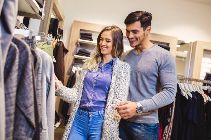 Den attraktiva kvinnan och den unga mannen går att shoppa på lagret royaltyfria foton