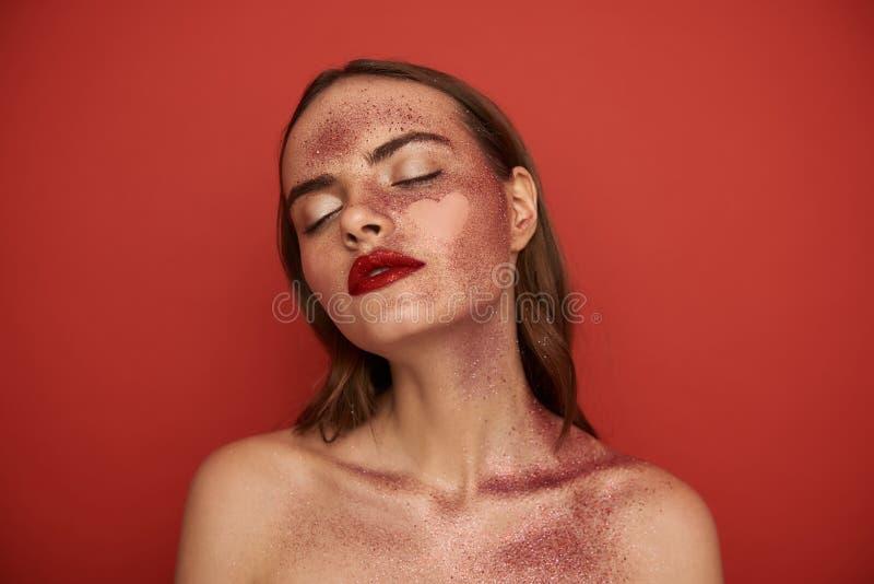Den attraktiva nakna flickan med bl?nker makeup och den tomma hj?rta-formade bilden p? framsida arkivfoton