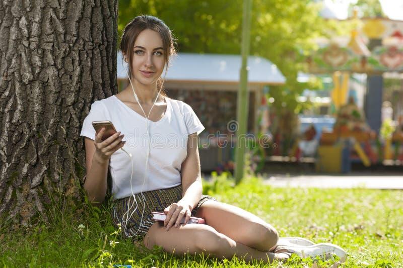Den attraktiva studentflickan parkerar in det fria arkivfoton