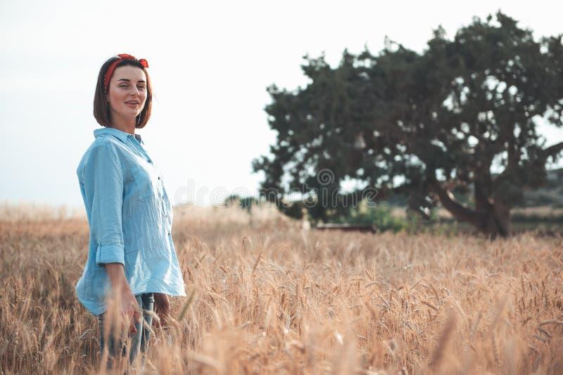 Den attraktiva unga kvinnan går i naturen fotografering för bildbyråer