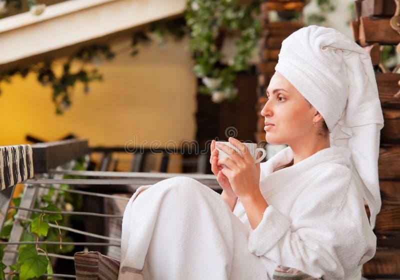 Den attraktiva unga kvinnan tycker om morgonkaffe royaltyfri fotografi