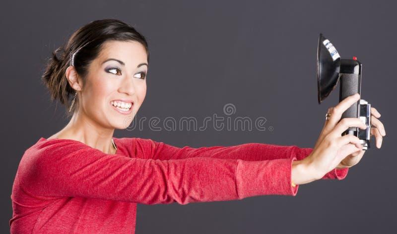 Den attraktiva upphetsade kvinnan för självståenden tar den Selfie bilden royaltyfri fotografi