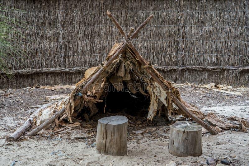 Den australiska aboriginer förlägga i barack i det Wangi Mia mötestället, den Yanchep nationalparken fotografering för bildbyråer