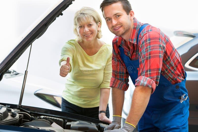 Den auto reparationen shoppar arkivfoton