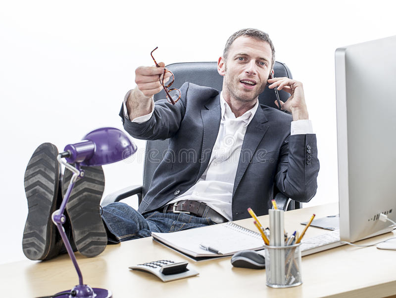 Den avkopplade mitt åldrades affärsmannen som talar på telefonen, vit bakgrund arkivbilder