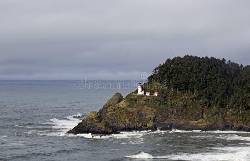 Den avlägsna Haceta Head fyren Oregon seglar utmed kusten arkivfoto