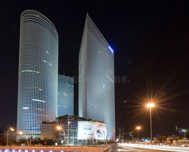 Den Azrieli mitten står högt i i stadens centrum Tel Aviv royaltyfri bild