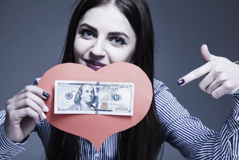 Den bästa motivationen är pengar Lycklig affärskvinna som arbetar i av fotografering för bildbyråer