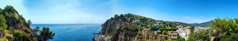 Den bästa panoramasikten av kusten med vaggar Spanien Tossa de Mar royaltyfri fotografi