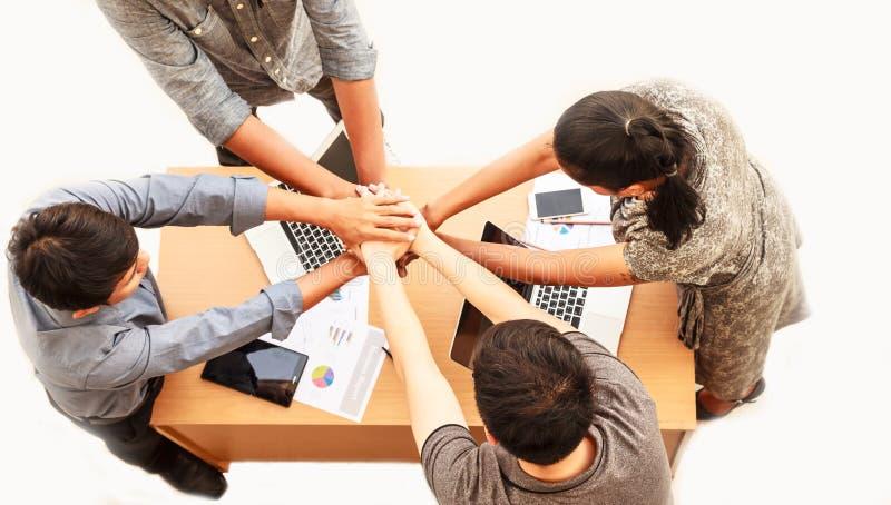 Den bästa sikten av affärsman- och anseende- och staplahänder för affärskvinna över tabellen i ett mötekopieringsutrymme isolerad arkivfoton