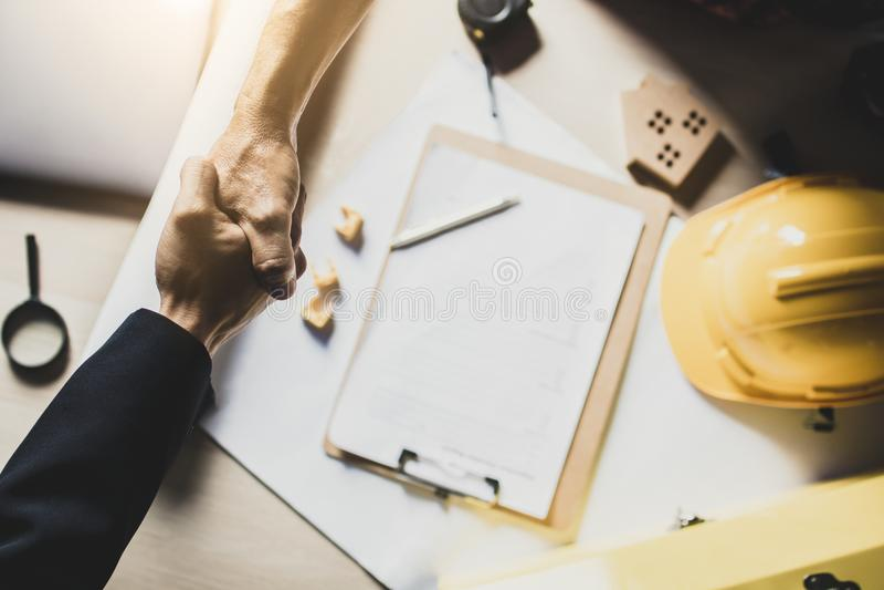 Den bästa sikten av aktieägaren, affärsman skakar handen med teknikern eller arkivfoton