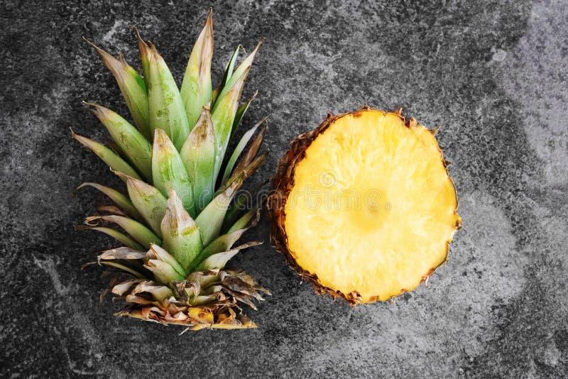 Den bästa sikten av ananas skivade öppet på stenbakgrund royaltyfri foto
