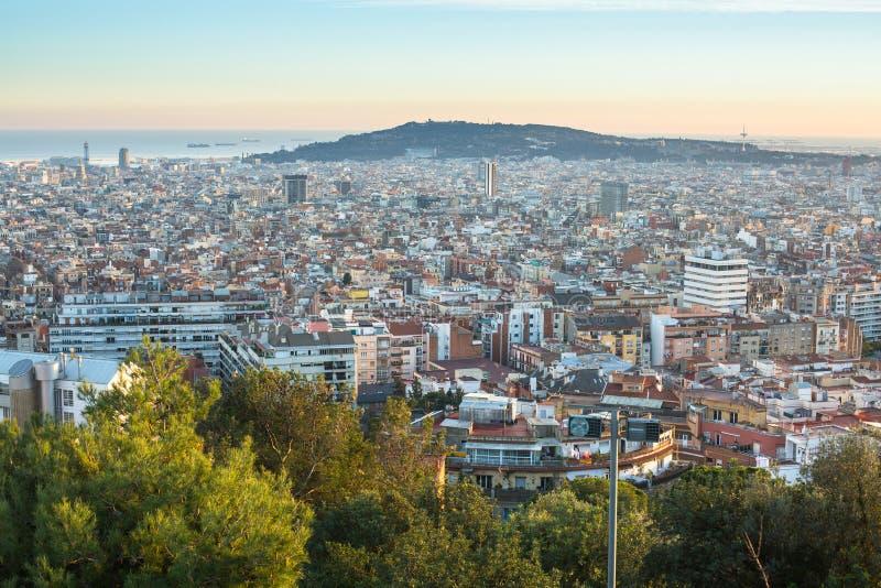 Den bästa sikten av Barcelona från parkerar Guel på en solnedgång Barcelona är huvudstaden av Catalonia i Spanien royaltyfria foton