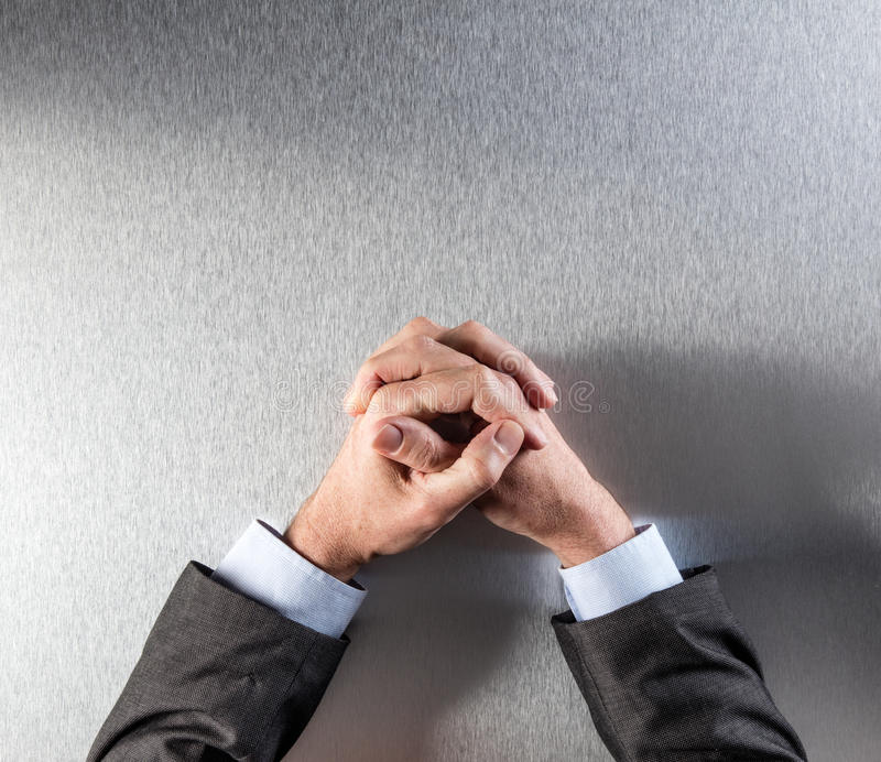 Den bästa sikten av den anonyma kontrollerade affärsmannen räcker att uttrycka reflexion eller patiens royaltyfri bild