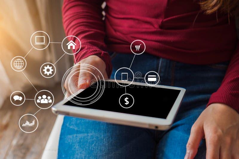 Den bästa sikten av en kvinnas hand genom att använda bärbar datorbetalningar, online-shopping royaltyfri foto