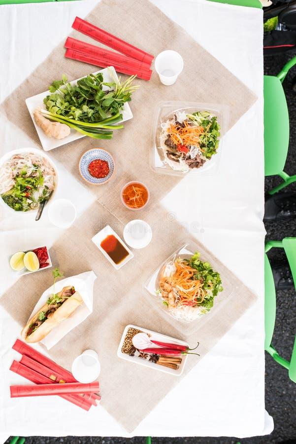 Den bästa sikten av en tabell fyllde med vietnamesisk mat royaltyfri fotografi