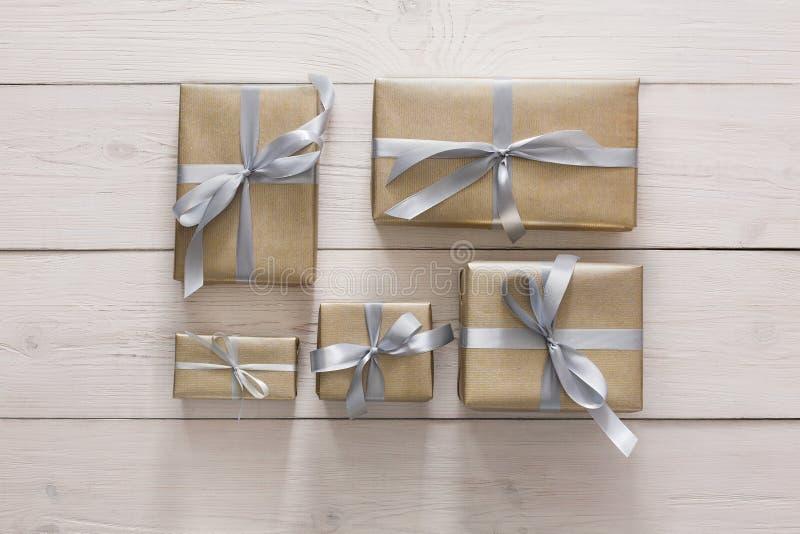 Den bästa sikten av gåva boxas på vit, den lekmanna- lägenheten arkivfoton