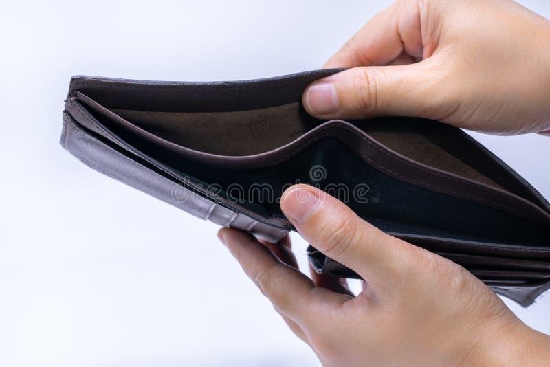 Den bästa sikten av händer som öppnar ett tomt, piskar plånboken arkivbilder