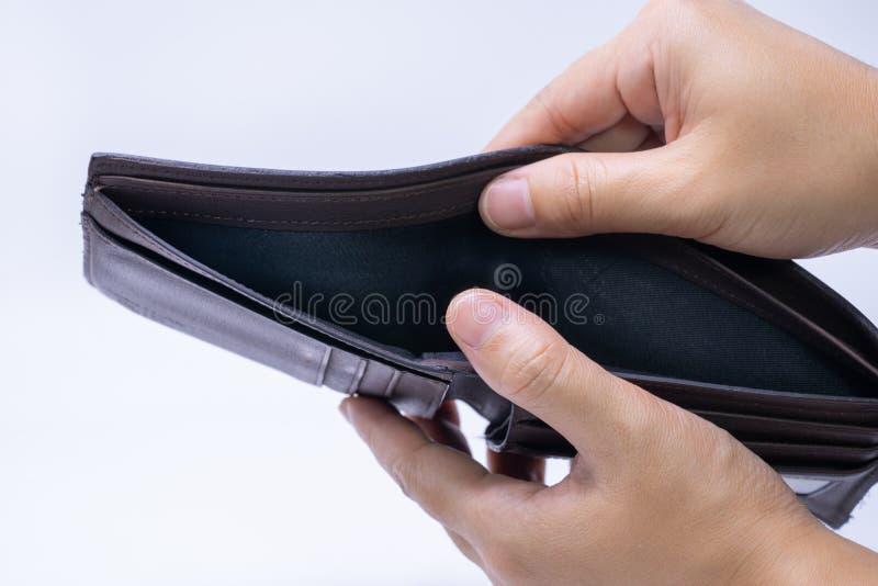 Den bästa sikten av händer som öppnar ett tomt, piskar plånboken royaltyfria bilder