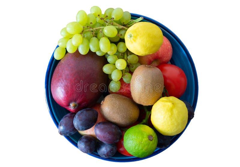 Den bästa sikten av krukmakeribunken fyllde med nya frukter som isolerades på vit royaltyfri foto