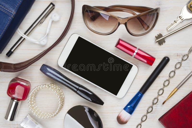 Den bästa sikten av kvinnor hänger löst material på trätexturbakgrund royaltyfria bilder