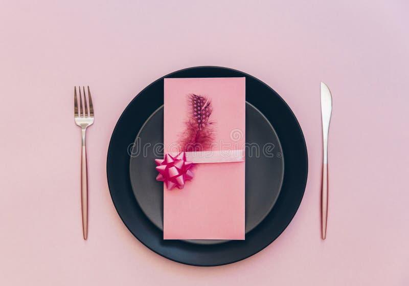 Den bästa sikten av lyxen dekorerade tabellen med plattan, kortet och bestick royaltyfria bilder
