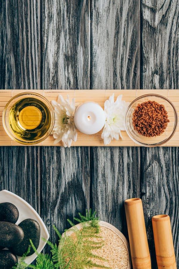 den bästa sikten av ordnad olja, scrab, stearinljuset och krysantemumet blommar för brunnsort och massage royaltyfria foton