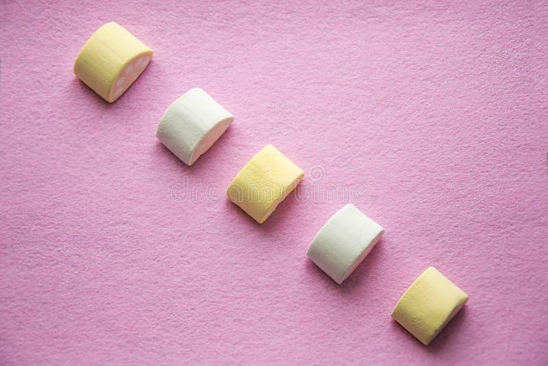 Den bästa sikten av pastell färgade marshmallowen på härlig rosa bakgrund stäng skjuten textur upp wallpaperen royaltyfri bild