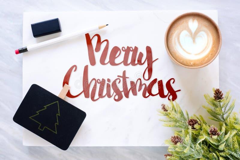 Den bästa sikten av röd glad jul smsar på marmortabellen med blackb arkivbilder