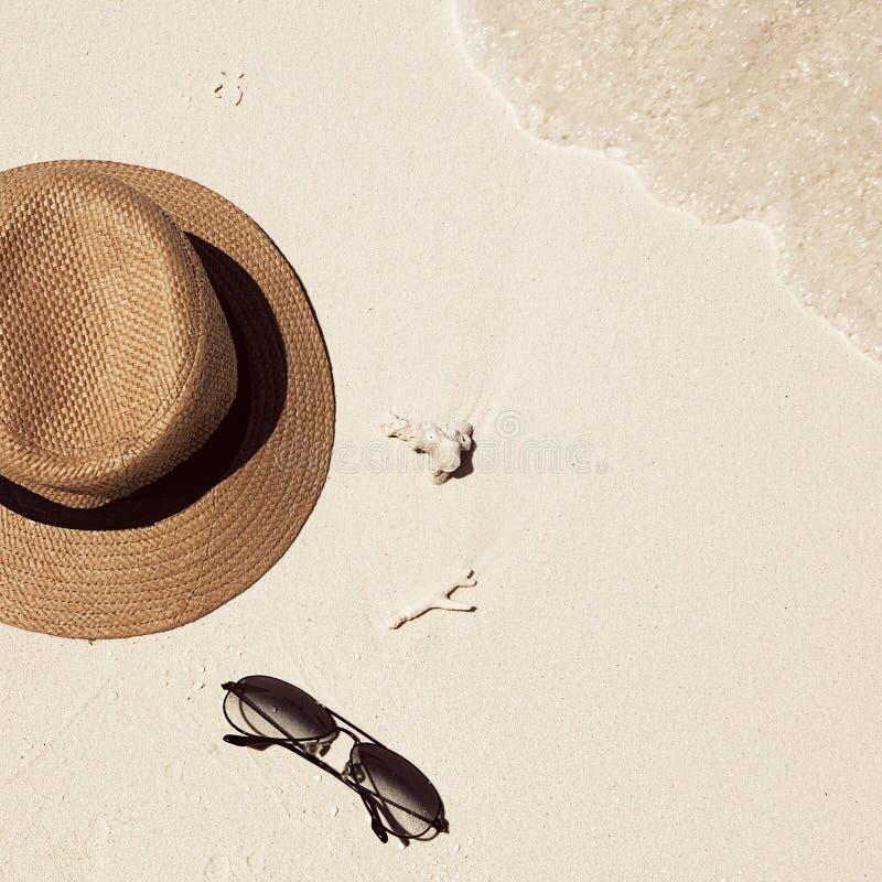Den bästa sikten av den sandiga stranden med sommartillbehör och kopian gör mellanslag a fotografering för bildbyråer