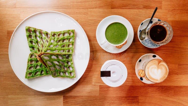 Den bästa sikten av Singapore den gröna pandan frasiga dillanden, latte för grönt te, hjärtalatte och kaffe tjänade som i den vit royaltyfri bild