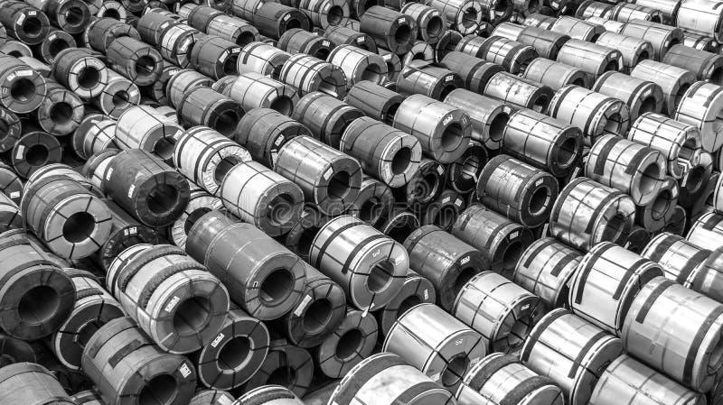 Den bästa sikten av stål rullar ihop lagring i svartvitt royaltyfria foton
