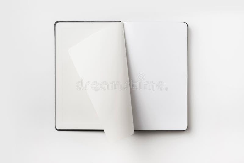 Den bästa sikten av den svarta anteckningsboken med krullningen rullade sidan arkivbilder