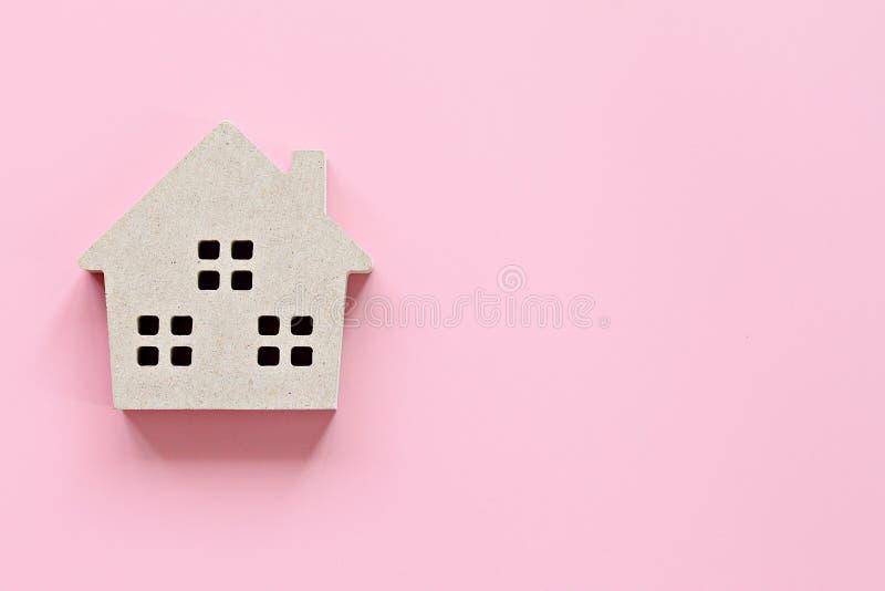 Den bästa sikten eller lägenheten lägger av modell för trähus på rosa bakgrund med kopieringsutrymme som är klart för att tillfog royaltyfri foto