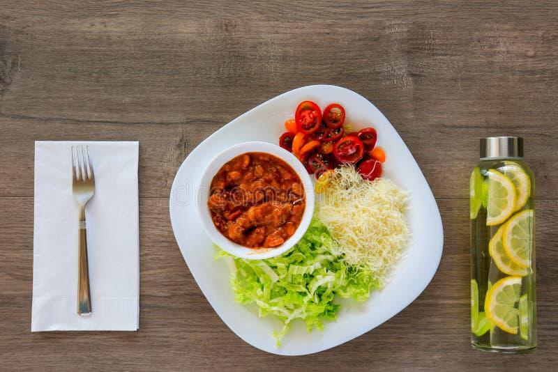 Den bästa sikten på en bunke av varm ragu med bönor lät småkoka i tomatsås fotografering för bildbyråer