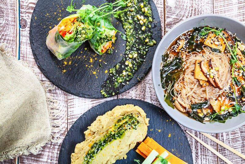 Den bästa sikten på den vegetariska tabellen tjänade som Olik strikt vegetarianmat på en vit bakgrund arkivfoto