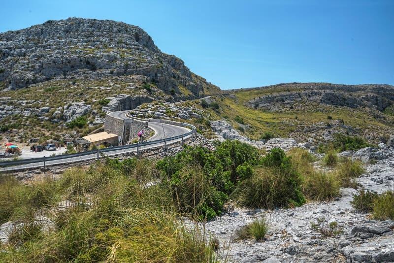Den bästa stranden med turkosvatten på ön Palma Mallorca, Spanien Den härliga sikten vaggar på och små viker och seagullen på des royaltyfri bild
