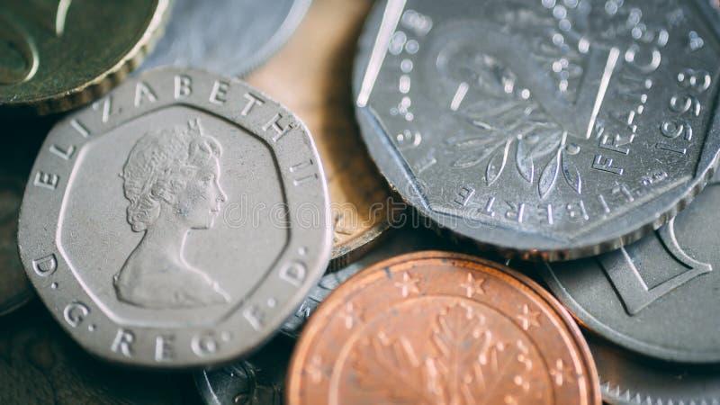 Den b?sta sikten av olika mynt f?rdelade p? tabellen royaltyfri bild