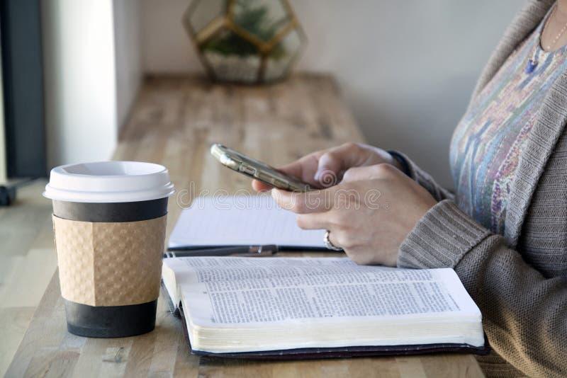 Den b?sta sikten av svart kvinnastudier hennes bibel och bruk ringer royaltyfria bilder