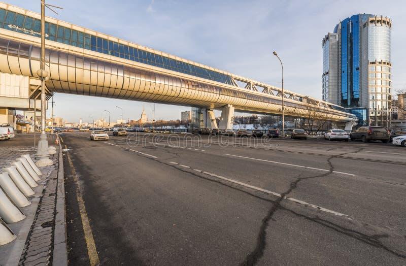 Den Bagration bron och står högt Moskva-staden 2000 för affärsmitten royaltyfria foton