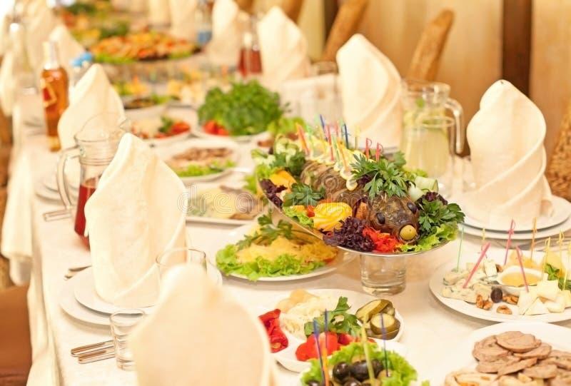 Den bakade fisken på ferien bordlägger royaltyfri fotografi