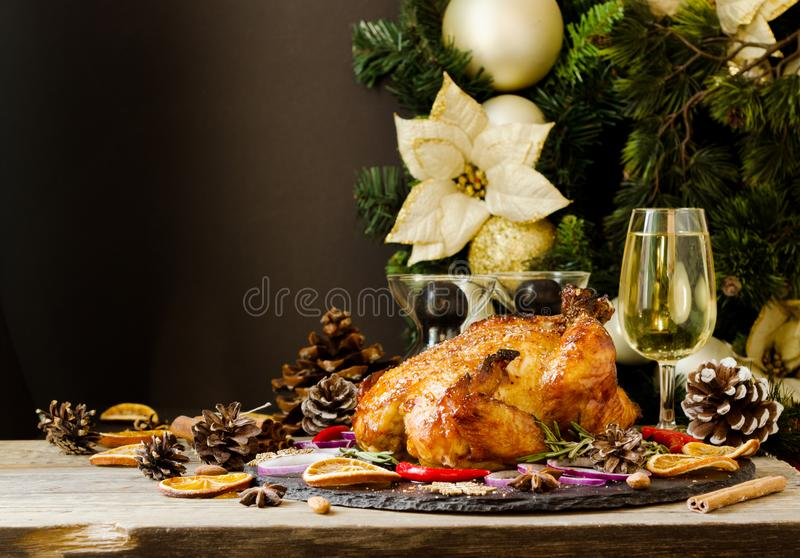 Den bakade kalkon eller chiken eller jul eller för tacksägelsedag för nytt år utrymme för text arkivbild