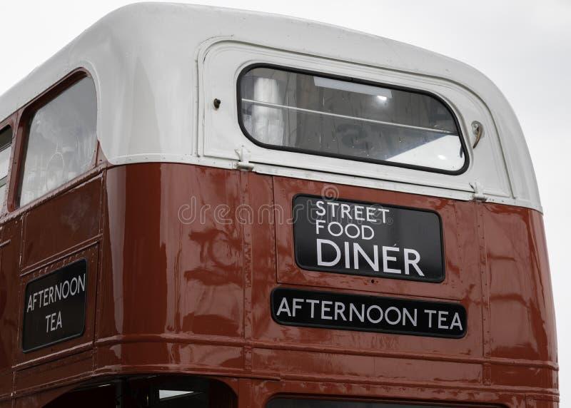 Den bakre closeupen av en dubbeldäckareLondon buss konverterade till till en str arkivbild