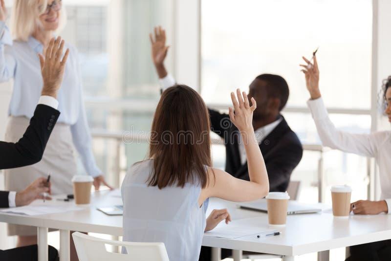 Den bakre sikten, anställda som gälldes i lagbyggnadsaktivitet, lyftte händer royaltyfri bild