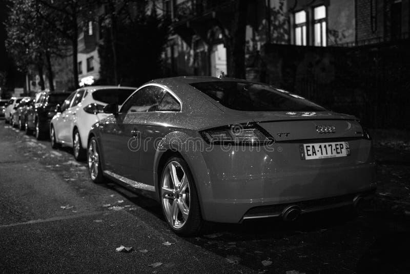 Den bakre sikten av Audi TT parkerade på en fransk gata royaltyfria foton