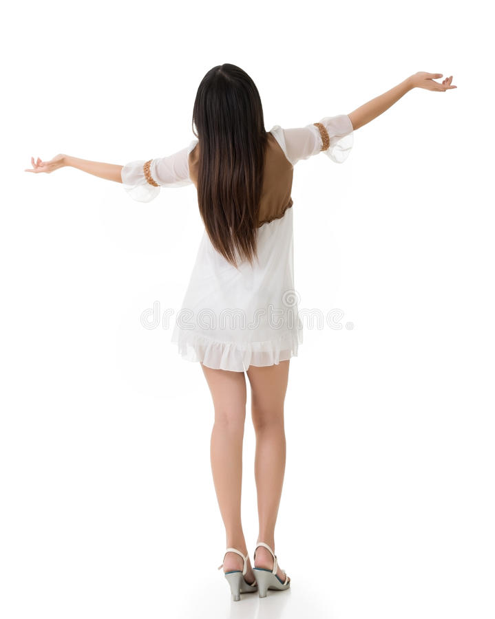 Den bakre sikten av den asiatiska kvinnan med den vita korta klänningen känner sig fritt fotografering för bildbyråer